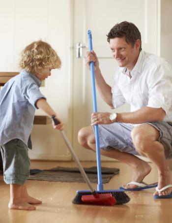 padre-e-hijo-realizando-tareas-del-hogar